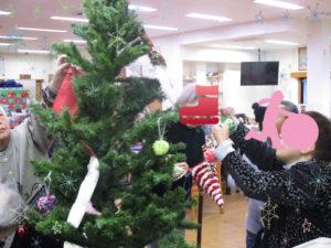 東部デイサービスセンター🌸日替わりレク「クリスマスツリー飾り」